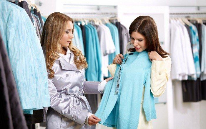 женщина покупает качественную одежду