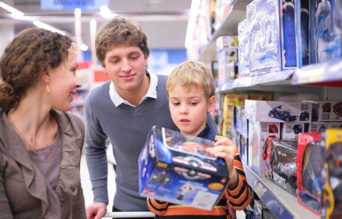 Ребенок выбирает игрушку