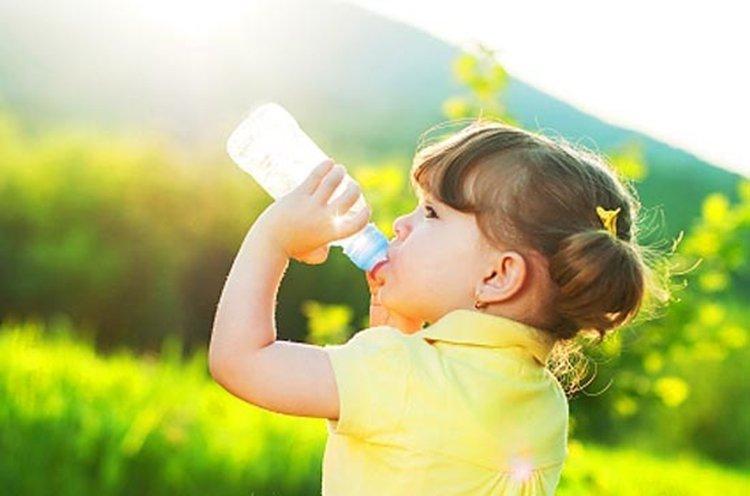 девочка пьет воды из бутылки