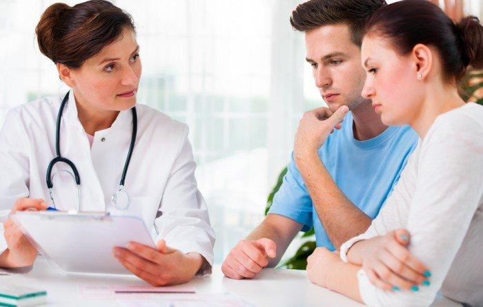 семейная пара у врача-генетика на консультации