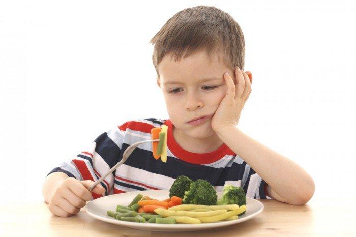мальчик не хочет есть овощи