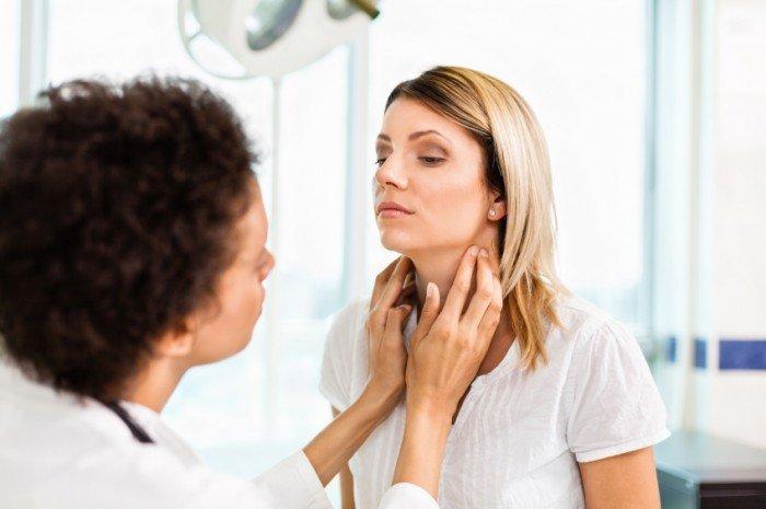 женщина осматривает щитовидку