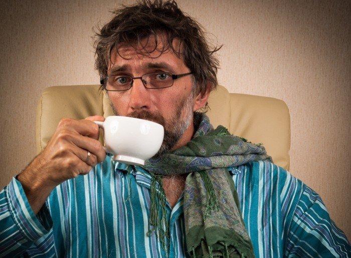 мужчина пьет чай, чай при простуде