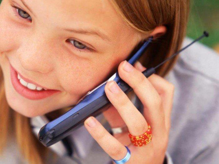 девочка и телефон, необходим ли ребенку телефон