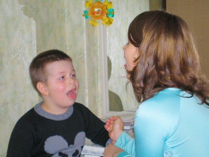 мама занимается с ребенком, обучение ребенка буквам