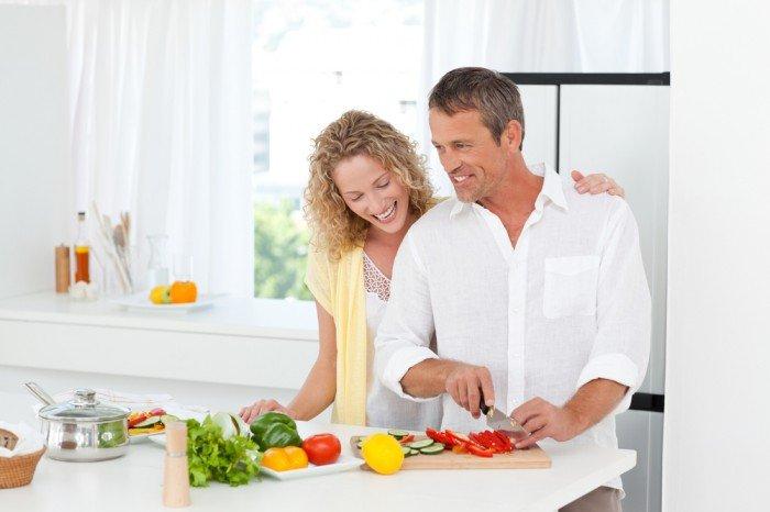 мужчина и женщина готовят кушать,