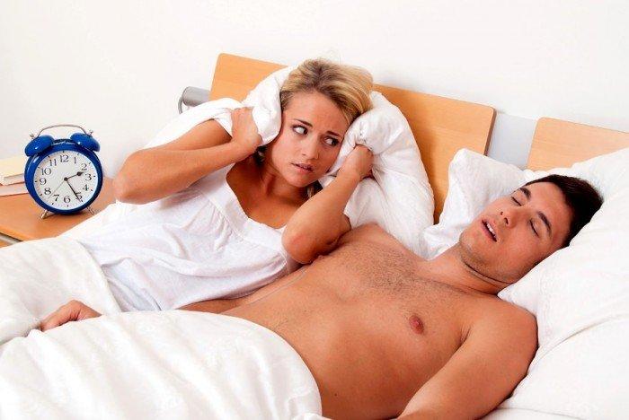 муж мешает жене спать, как избавиться от храпа