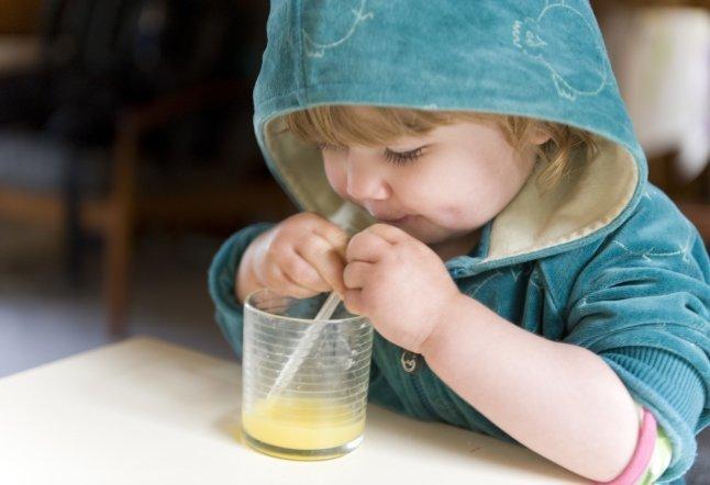 малыш пьет сок из стакана