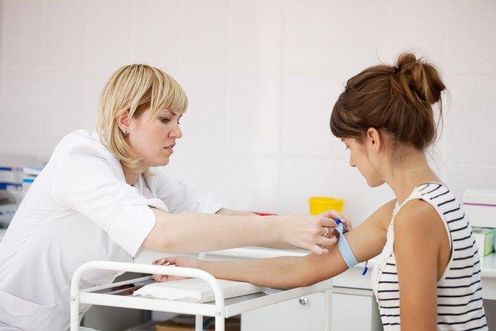 у беременной женщины берут кровь на анализ