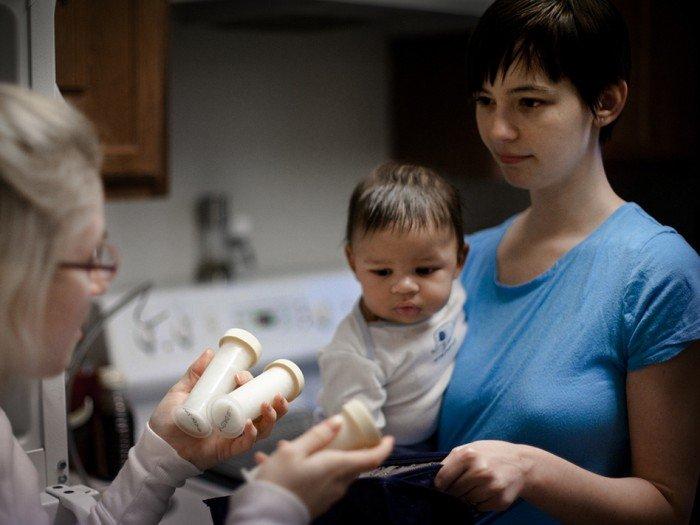 мама с малышом приобретают донорское молоко