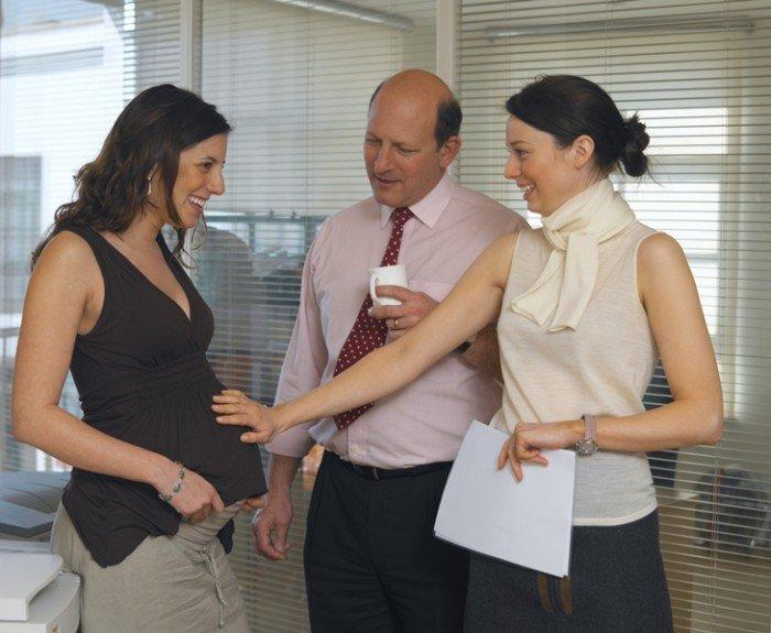 беременная женщина с коллегами по работе