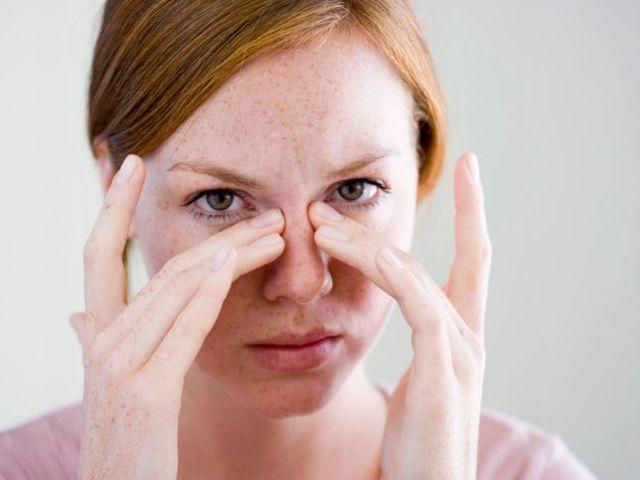 девушка делает массаж носовых пазух