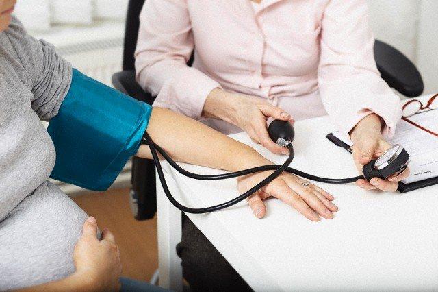 беременной женщине измеряют давление