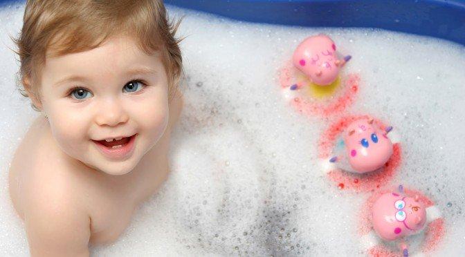 малыш купается в ванной