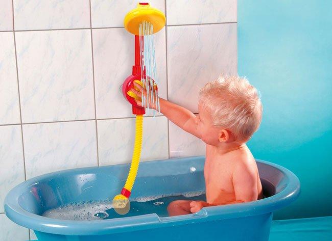 мальчик играет игрушкой в ванной