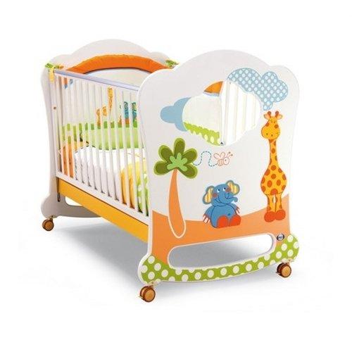 Удобная детская кроватка в ярких цветах