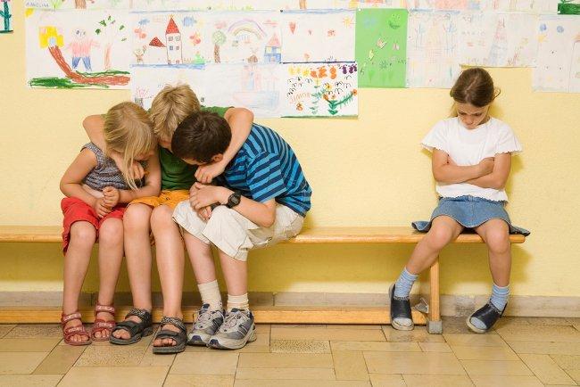 дети не  игнорируют одноклассницу