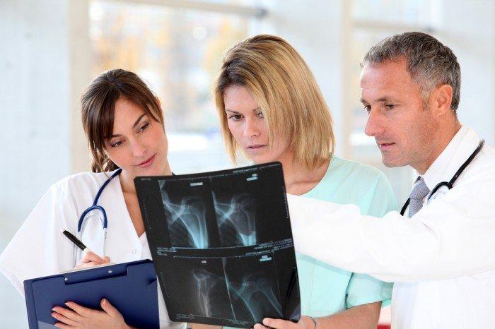 врачи рассматривают снимки позвоночника