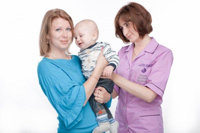 мама с малышом у врача, диагностирование брадикардии