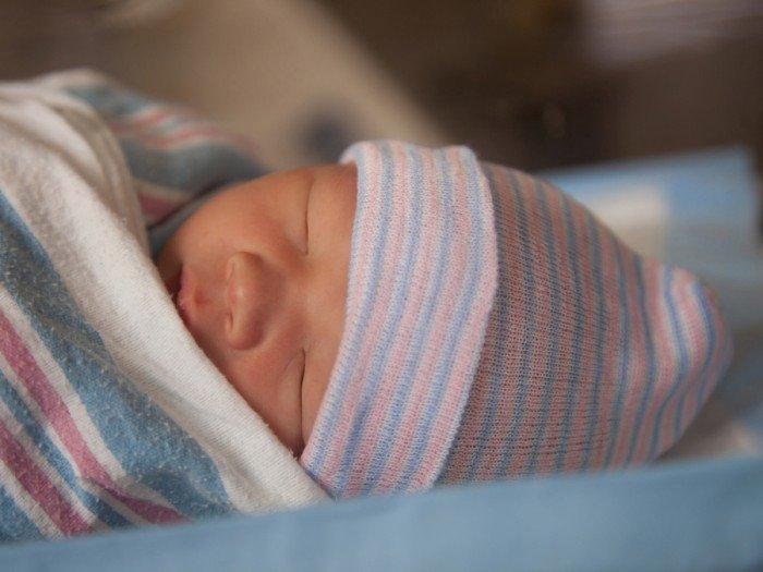недоношенный малыш тепло одет