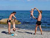 Берег моря как нельзя лучше подходит для занятий динамической гимнастикой