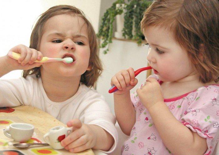 девочки чистят зубы, устранение неприятного запаха изо тра