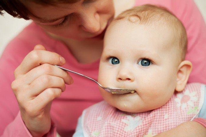 мама кормит малыша, состав детского питания