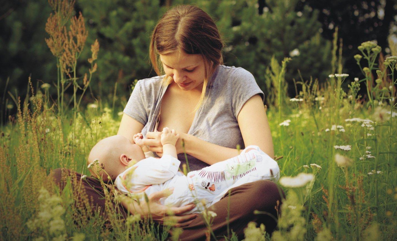 Кормление ребенка грудью на улице