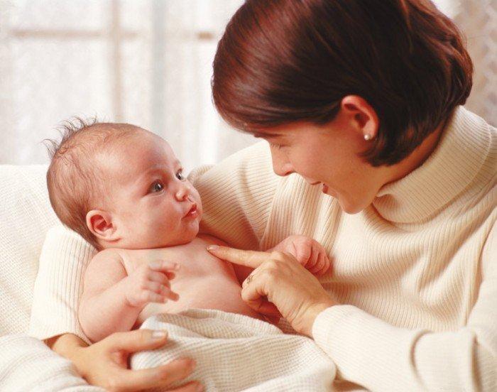 Музыка для грудничков: мама поет малышу колыбельную