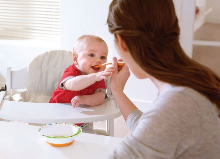 Мама кормит малыша супом
