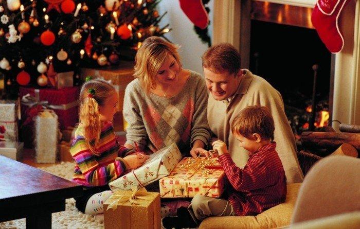 семья возле новогодней елки, новогодние подарки для детей