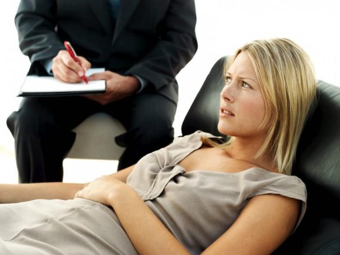 женщина на приеме у психолога, когда следует обратиться к специалисту