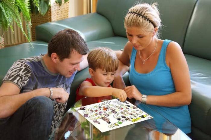 занятие ребенка в непогоду, ребенок играет с родителями