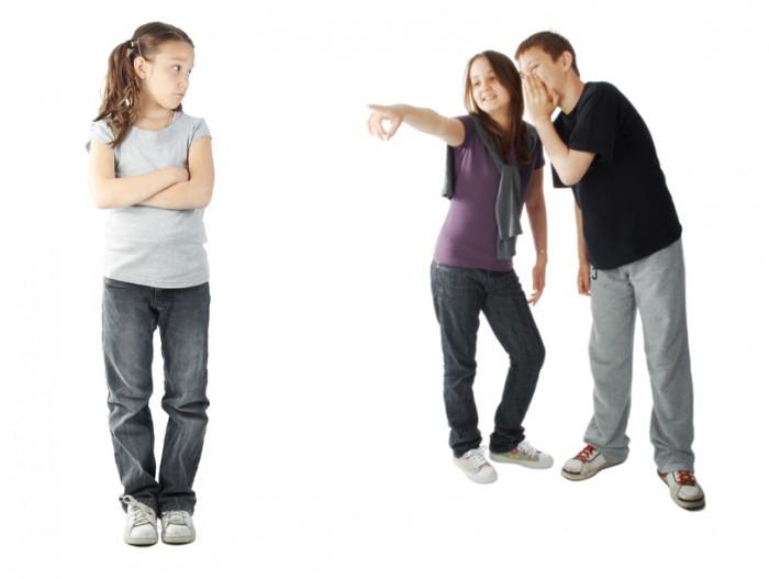 над девочкой смеются, провоцирование школьной драки