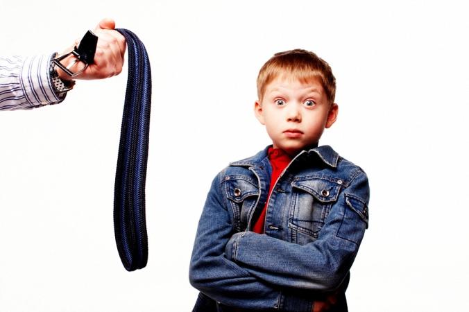 Мальчик удивлён, что его пытаются воспитывать с помощью ремня