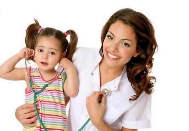 Девочка играет стетоскопом своего врача