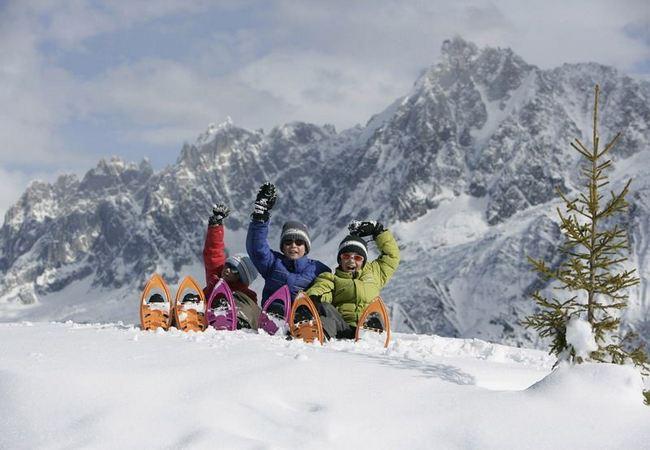 Дети отдыхают после катания на лыжах
