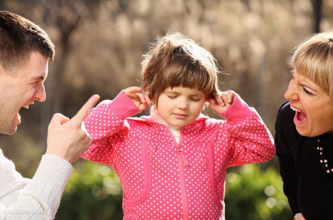 Девочка не хочет слушать замечания родителей