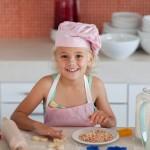 Помогаем маме печь печенье