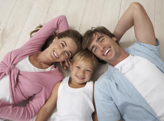 Родители со своим ребёнком