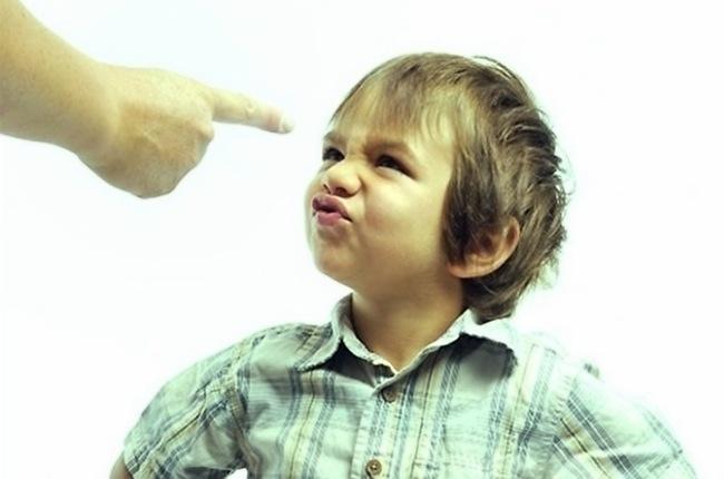 Мальчик недоволен тем, что ему делают замечание