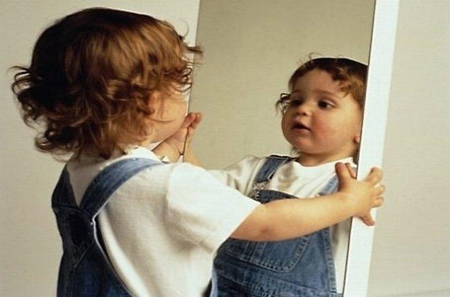 Девочка перед зеркалом