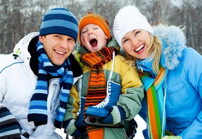 Семья на зимней прогулке