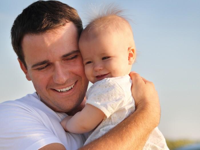 Папа держит на руках своего малыша