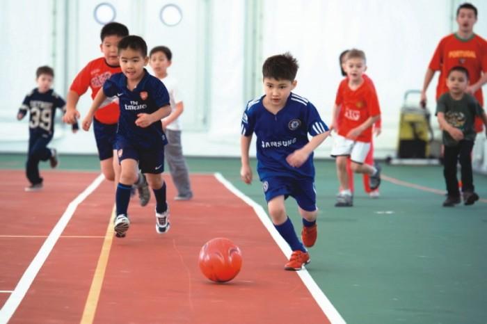 дети играют в футбол, занятия спортом для ребенка