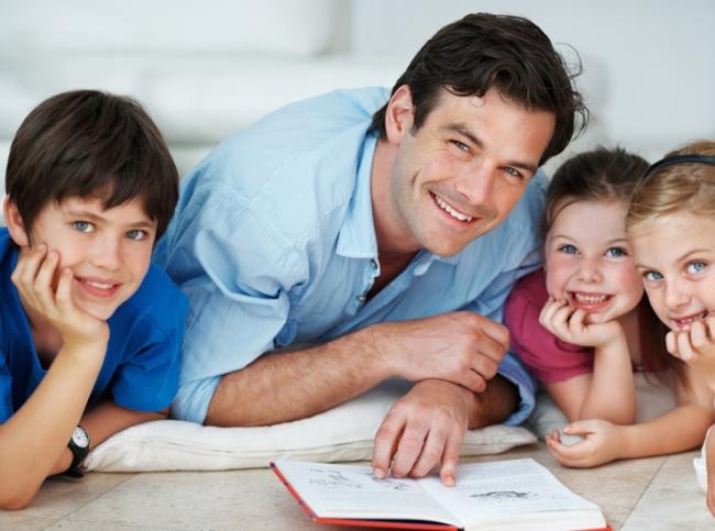 папа обучает деток, плюсы домашнего обучения