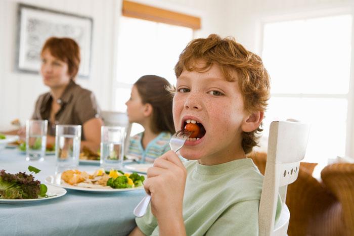 ребенок за столом, хорошие манеры ребенка