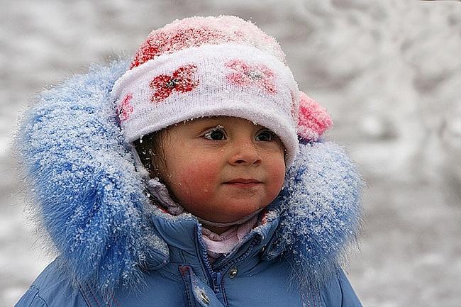 Девочка гуляет во время снегопада