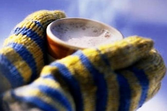 Чашка тёплого чая во время зимней прогулки