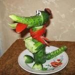 Крокодил Гена из огурцов и болгарского перца